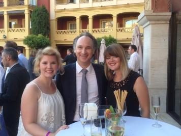 Dominik zusammen mit den Praktikantinnen Joan und Pia beim Cocktail-Empfang